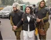 لاہور:اینٹی رائٹ فورس کی اہلکار پی آئی سی کے باہر احتجاج میں شامل وکیل ..