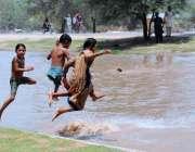 ملتان: بچے گرمی کی شدت کم کرنے کے لیے نہر میں نہا رہے ہیں۔