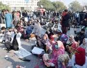 لاہور: پیرا میڈیکل سٹاف نے اپنے مطالبات کے حق میں مال روڈ پر دھرنا دے ..