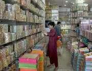 راولپنڈی: نوجوان محنت کش گاہکوں کو متوجہ کرنے کے لیے چوڑیاں سجا رہاہے۔