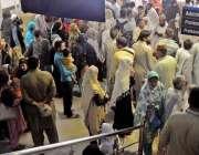 راولپنڈی: ڈی ایچ کیو ہسپتال میں احتجاج کے باعث او پی ڈی کے باہر لوگ جمع ..