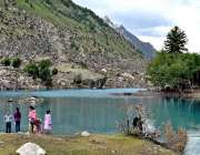 نیلٹر ویلی: سیر و تفریح کے لیے آئی فیملی نیلی جھیل سے لطف اندوز ہو رہی ..