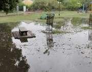 لاہور: صوبائی دارالحکومت میں ہونیوالی بارش کے بعد مقامی پارک میں پانی ..