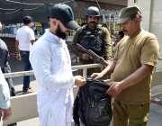 لاہور: پولیس اہلکارمسجد شہداء میں نماز جمعہ کی ادائیگی کیلئے آنے والے ..