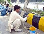 حیدر آباد: مزدور سڑک کنارے لگاے بلاکس کو رنگ کرنے میں مصروف ہیں۔