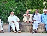 اسلام آباد: وفاقی دارالحکومت میں معمر شہری درخت کے سائے میں بیٹھے خوش ..