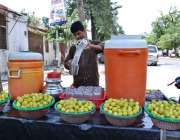 اسلام آباد: وفاقی دارالحکومت میں ریڑھی بان گاہکوں کو متوجہ کرنے کے ..