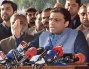 لاہور: قائد حزب اختلاف حمزہ شہباز پنجاب اسمبلی کے احاطہ میں میڈیا سے ..