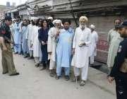 بنوں: قبائلی اضلاع انتخابات کے موقع پر رائے دہندگان اپنی باری کا انتظار ..