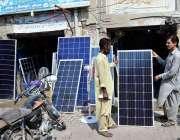 حیدرآباد: باچا خان چوک پر صارفین کو راغب کرنے کے لئے اپنی دکان کے باہر ..