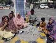 لاہور: مال روڈ پر احتجاج میں شریک لیڈی ہیلتھ ورکرز سولر سسٹم کے ذریعے ..