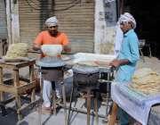 ملتان:محنت مقامی ہوٹل کے باہر روٹیاں بنا رہے ہیں۔