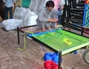 لاہور: مزدور اپنے کام کی جگہ پرچارپائی بنانے میں مصروف ہے