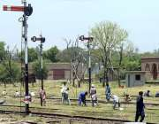 راولپنڈی: ریلوے اہلکار ٹریک کی مرمت کے کام میں مصروف ہیں۔