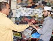 لاہور: رمضان المبارک کے آغاز پر ایک شہری نماز کی ادائیگی کے لیے ٹوپی ..
