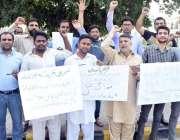 لاہور: فرنیچر پاکستان کے ملازمین اپنے مطالبات کے حق میں مال روڈ پر احتجاج ..