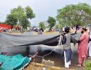 اسلام آباد: جے یو آئی-ایف کے آزادی مارچ کے شرکاء نے شاہراہ کشمیر  پر ..