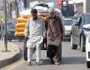 راولپنڈی: محنت کش ہتھ ریڑھے پر بھاری سامان لا دھے مری روڈ سے گزر رہے ..