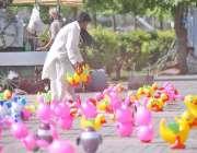 راولپنڈی: دکاندار نے گاہکوں کو متوجہ کرنے کے لیے سڑک کنارے کھلونے سجا ..
