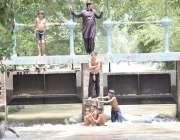 لاہور: بچے گرمی کی شدت کم کرنے کے لیے نہر میں نہا رہے ہیں۔