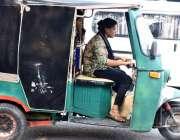 لاہور: ایک محنت کش خاتون اپنے بچوں کا پیٹ پالنے کیلئے رکشہ چلارہی ہے۔