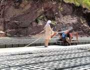 راولپنڈی: مزدور تعمیراتی کام میں استعمال ہونیوالے بلاکس بنانے میں ..