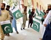بنوں: قبائلی اضلاع انتخابات کے موقع پر ووٹر قومی پرچم اٹھائے ووٹ کاسٹ ..