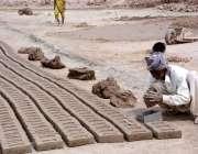 فیصل آباد: مزدور بھٹہ پر اینٹیں بنانے میں مصروف ہے۔