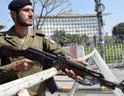 لاہور: پنجاب اسمبلی اجلاس کے موقع پو پولیس اہلکار الرٹ کھڑا ہے۔