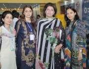 لاہور: ایکسپو سنٹر میں منعقدہ فوڈ اینڈ ایگری ایکسپو کے موقع پر خواتین ..