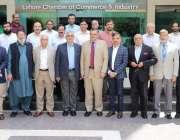 لاہور: لاہور چیمبر میں اجلاس کے موقع پر کمشنر لارج ٹیکس پیئر یونٹ عاصم ..