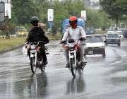 اسلام آباد: موٹر سائیکل دوران بارش اپنی منزل کی جانب رواں دواں ہیں۔