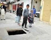راولپنڈی: سڑک کے درمیان کھلا مین ہول کسی حادثے کا سبب بن سکتا ہے انتظامیہ ..