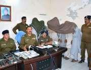 فیصل آباد: ایس پی مدینہ ٹاؤن طاہر مقصود پریس کانفرنس سے خطاب کر رہے ..