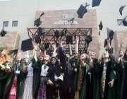 لاہور: لاہور کالج فار ویمن یونیورسٹی کے15ویں کانووکیشن کے موقع پر طالبات ..