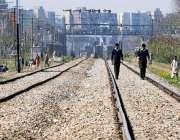 راولپنڈی: مریڑ ریلوے ٹریفک پر طالبعلم کسی خطرے کی پرواہ کئے بغیر ٹریک ..
