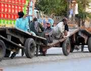 راولپنڈی: محنت کش ہتھ ریڑھیوں پر مزدوری کے انتظار میں بیٹھے ہیں۔