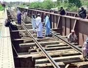 حیدر آباد: ریلوے اہلکار ریلوے ٹریک کی مرمت میں مصروف ہیں۔