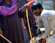 حیدر آباد: شہری گرمی کی شدت کم کرنے کے لیے نہا رہا ہے۔