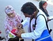 حیدرآباد: انسداد پولیو ویکسینیشن کے دروازے والے بچے کو پولیو کے قطرے ..