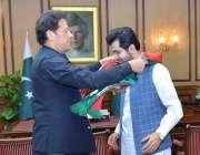 اسلام آباد: وزیراعظم عمران خان مردان سے تعلق رکھنے والے پیپلز پارٹی ..