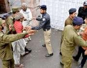 لاہور: پولیس اہلکار قائد حزب اختلاف حمزہ شہباز کی گاڑی کیساتھ ہائیکورٹ ..