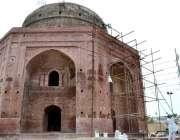 لاہور: مزدور خان جہاں مقبرہ کی تعمیر نوع میں مصروف ہیں۔