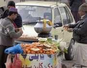 راولپنڈی: ریڑھی بان کینو فروخت کر رہا ہے۔