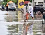 لاہور: شہر میں ہونے والی موسلا دھار بارش کے بعد جی ٹی روڈ پر بارش کا ..