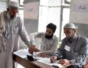 خیبر: قبائلی اضلاع میں ضمنی انتخابات کے موقع پر ایک ووٹر اپنا ووٹ کاسٹ ..