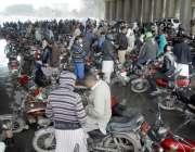 اسلام آباد: موٹر سائیکل سوار بارش سے بچنے کے لیے زیرہ پوائنٹ پل کے نیچے ..
