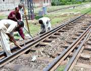 فیصل آباد: ریلوے اہلکار ٹریک کی مرمت کے کام میں مصروف ہیں۔