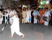 راولپنڈی:شاہ چن چراغ عرس میں ایک عقیدت مند دھمال ڈال رہا ہے۔س