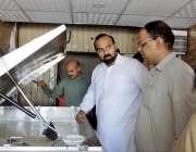 مظفر آباد: عوامی شکایات پر ضلع انتظامیہ کے افسران شہر میں دودھ کا معیات ..